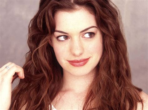 older celebrity with white hair big ears photos de anne hathaway