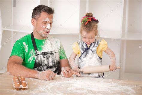 www incesto padre hija padre e hija de cocina foto de stock 51046759