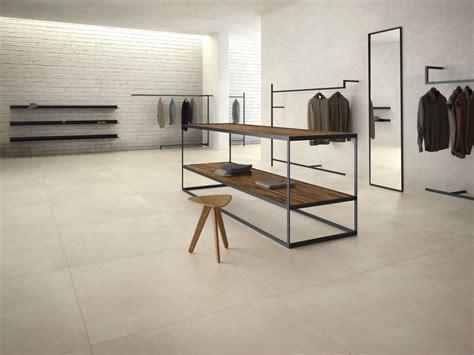 piastrelle effetto resina pavimento in gres porcellanato effetto resina calce by