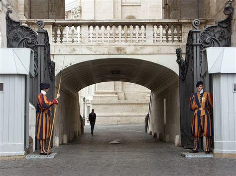 ingresso san pietro roma 116 piazza san pietro guardie svizzere ad un ingresso