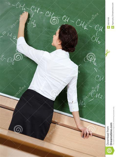 lehrer an der tafel lehrer schreibt mit kreide an der tafel lizenzfreie