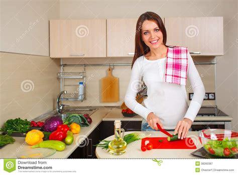 femme en cuisine femme de cuisine faisant la salade photographie stock
