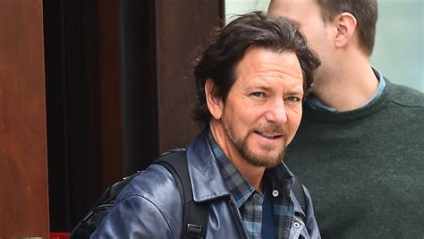 eddie vedder eddie vedder donates 10 000 to family in need etcanada