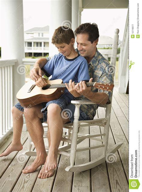 stuhl zum gitarre spielen vater und sohn die gitarre spielen stockbild bild 12718077