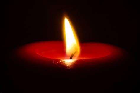 imagenes de velas rojas encendidas postal una vela encendida 10004