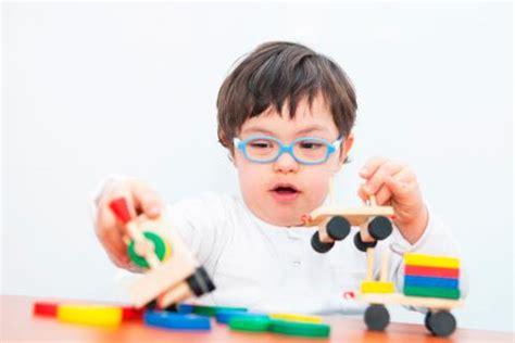 imagenes niños sindrome down jugando juego juguetes y desarrollo infantil juegos para
