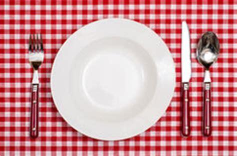 2501116569 un couteau un plat une fourchette couteau et cuill 232 re d un plat avec la
