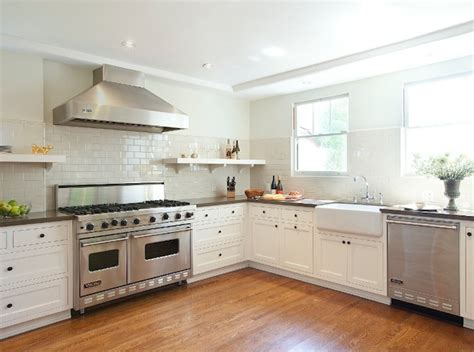 pictures of kitchen backsplashes with white cabinets white kitchen cabinets beige backsplash quicua