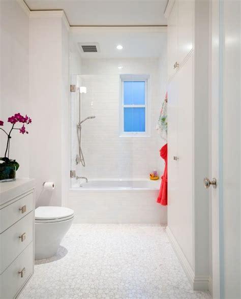 Kleines Bad Mit Dusche Und Fenster kleines bad wei 223 e fliesen fenster badewanne dusche