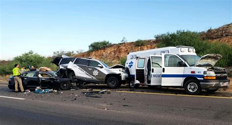 tesla model  polis arabasi ve ambulansa carpti dogan kabak