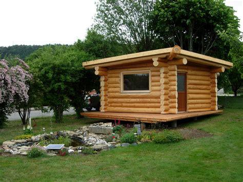 Attrayant Mobilier De Jardin En Bois #1: cabanon-bois-ronds-etang-jardin.jpg