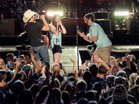 brad paisley fan brad paisley helps get engaged during concert