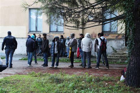 ufficio immigrazione macerata sos rifugiati come barboni all ufficio immigrazione