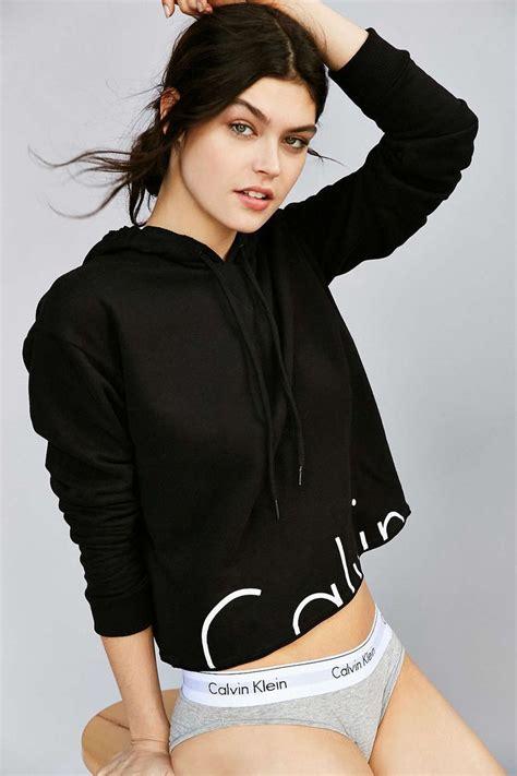 Hoodie Crop Wanita Black 1 Calvin Klein X Uo Cropped Hoodie Sweatshirt