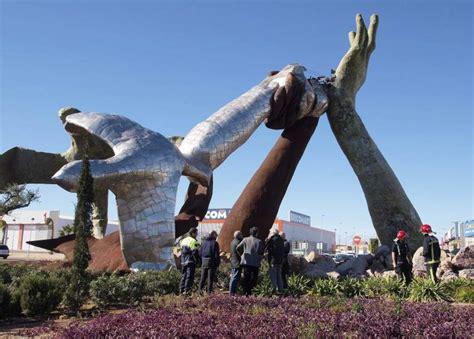 el artista juan ripolles dice  su obra tumbada por el