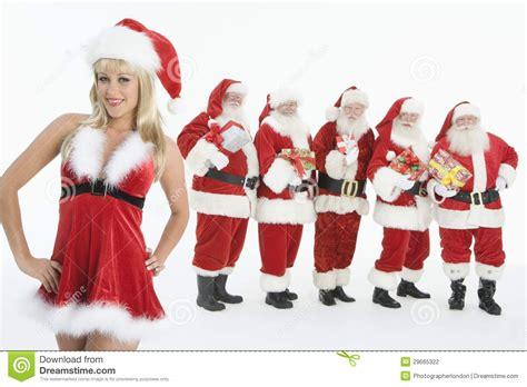 imagenes de vestidos de santa claus grupo de hombres vestidos como santa claus standing with