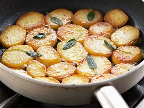 come cucinare patate in padella ricetta per contorno patate in padella donna moderna
