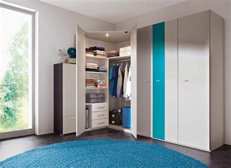 runder blauer teppich der kleiderschrank kinderzimmer ein untrennbarer teil