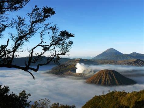 download wallpaper awan hd pesona bromo pemandangan puncak gunung ditengah lautan awan