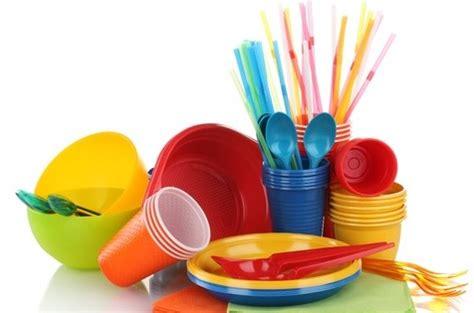 piatti e bicchieri di plastica colorati la francia dice adieu a bicchieri e posate di plastica