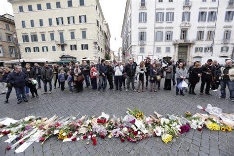 consolato francese roma attentati parigi fiori e candele davanti all ambasciata