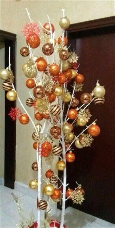 decorar ramas secas para navidad de arbol arbol de navidad pintar una rama seca decorar con esferas asi de facil ramas secas
