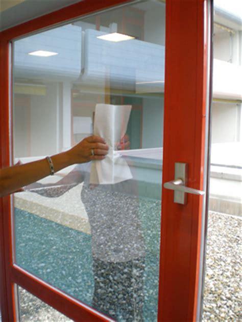 Sichtschutzfolie Fenster Reinigen by Montage Einer Sonnenschutzfolie Fenster Sonnenschutzfolien