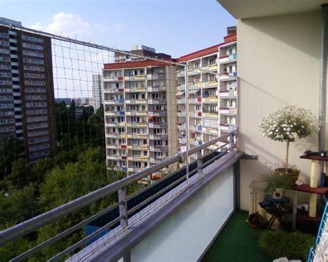 hängematte am balkon befestigen gelaenderklemmen katzenschutznetze berlin