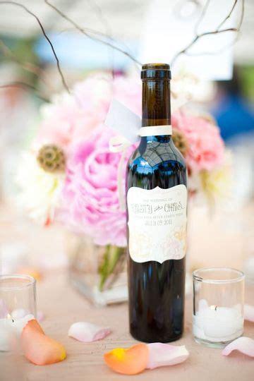 como decorar botellas de vino con flores arreglos con botellas de vino para decorar y para bodas