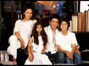Shahrukh Khan with wife Gauri Khan & kids Aryan, Suhana ...