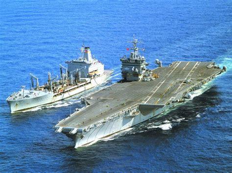 porte avions et navire de guerre