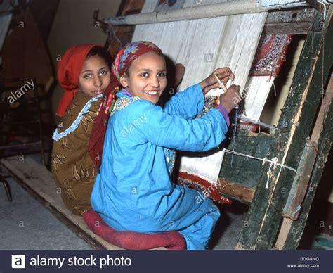 fabbrica tappeti i bambini lavorano nella fabbrica di tappeti il cairo