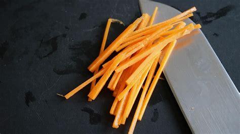 tailler une carotte en julienne