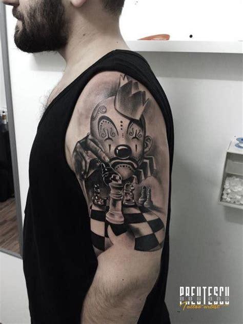 el loco tattoo tatuaje hombro payaso ajedrez por el loco tattoo lounge