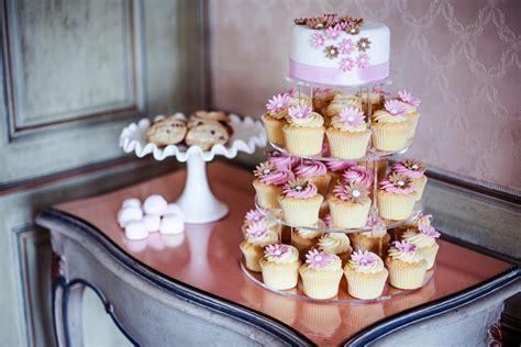 Hochzeitstorte Und Cupcakes by Hochzeitstorte Cupcake Affair Handgemachte Cupcakes
