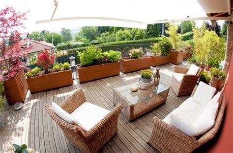 abbellire un terrazzo terrazzo con grandi vasi e piante