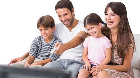 imagenes de la familia viendo tv 6 pel 237 culas que tienes que compartir en familia simpati