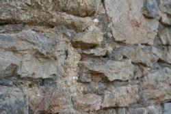 günstiger gartenzaun naturstein mit altem kalkm 195 182 rtel an einer alten scheune