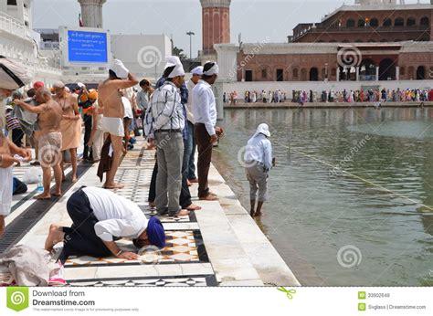 banche immagini gratis il sikh prega sulle banche lago sacro immagine stock