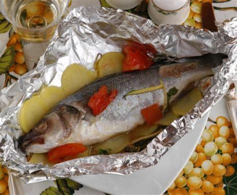 cucinare il branzino al cartoccio branzino al cartoccio la ricetta per preparare il