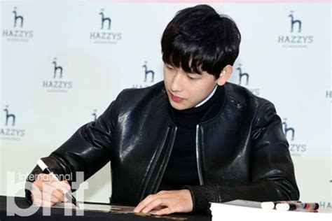 by sora ghim photo by jang moon sun the cast of popular cable drama bntnews bnt photo lim si wan concentrates on signing