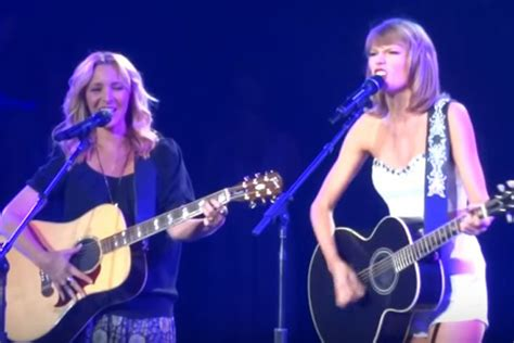 taylor swift cat concert video taylor swift sings smelly cat with phoebe buffay from