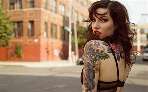 tattoo girl group 10 cool things about dating a tattooed girl onedio co