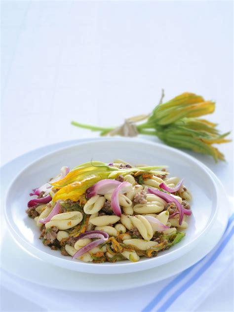 pasta fiori di zucca e salsiccia cavatelli con fiori di zucca e briciole di salsiccia