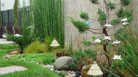 desain taman minimalis dengan rumput hijau yang cantik yang disertai dengan lu taman