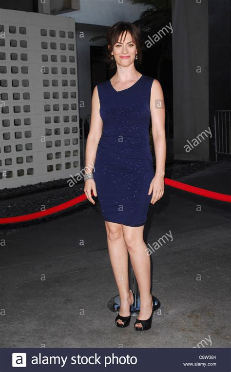 does mavgie siff wear extensions maggie siff at arrivals for sons of anarchy season 3 blu