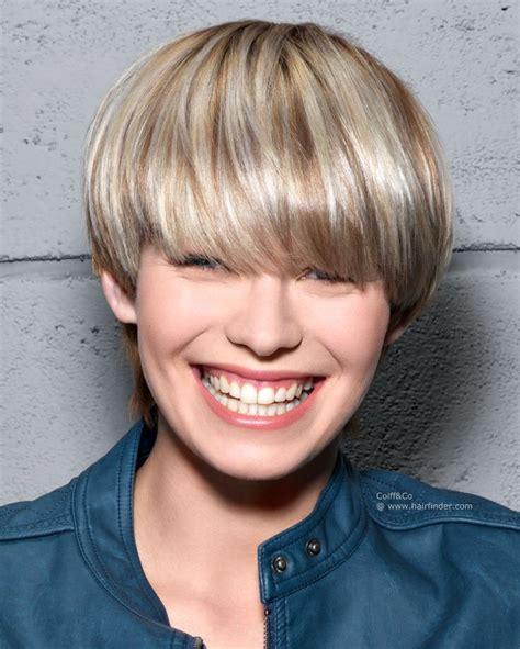 coiffure courte avec une frange pleine et une nuque plus
