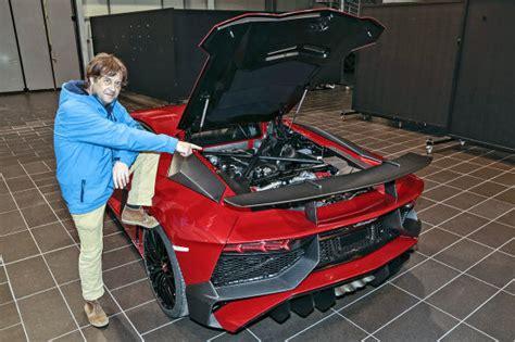 Wie Viel Kostet Der Lamborghini Aventador by Sitzprobe Im Neuen Lamborghini Aventador Sv Autobild De