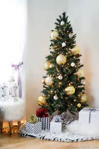delightful Modern Christmas Decoration Ideas #1: Christmas-tree-with-large-gold-ornaments1.jpg