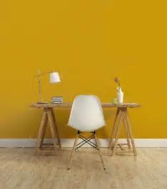 peinture 1825 couleur jaune moutarde dans un bureau